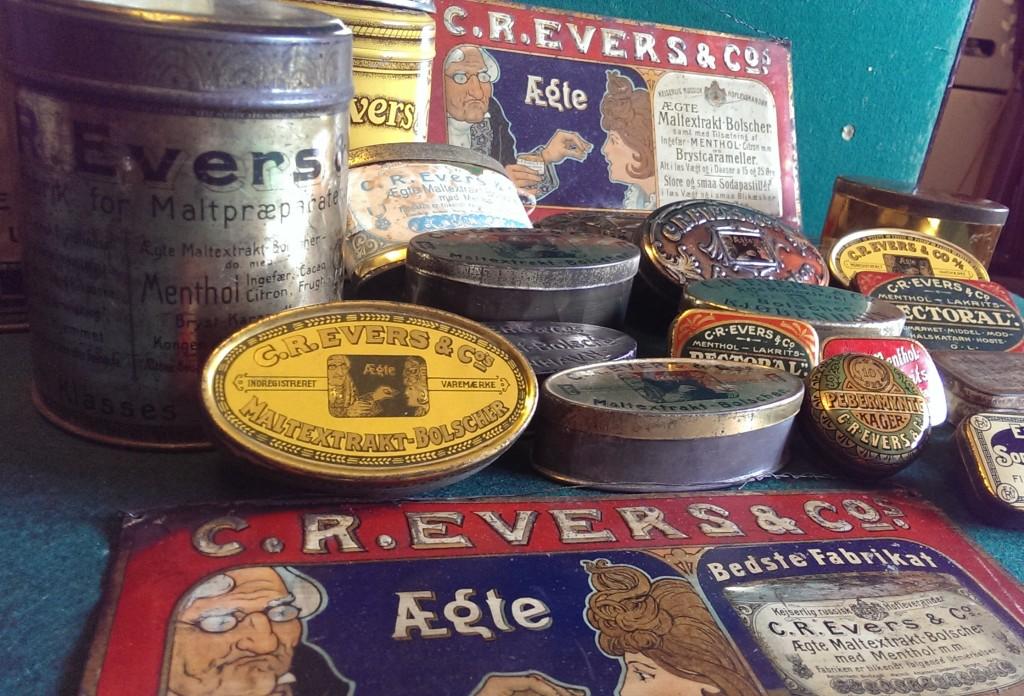 Lidt blandet, ja man kunne være tilbøjelig til at sige, blandede bolsjer, fra Evers fabrikkens ikke helt lille sortiment. På billedet optræder også et smukke blikskilte fra starten af forrige århundrede.