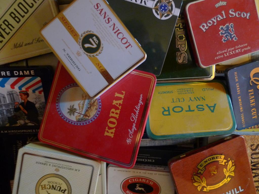 Billed-virvar af fortrinsvis tobaksdåser fra efterkrigsperioden. Et emne som samlermæssigt nok respekteres temmelig lidt!
