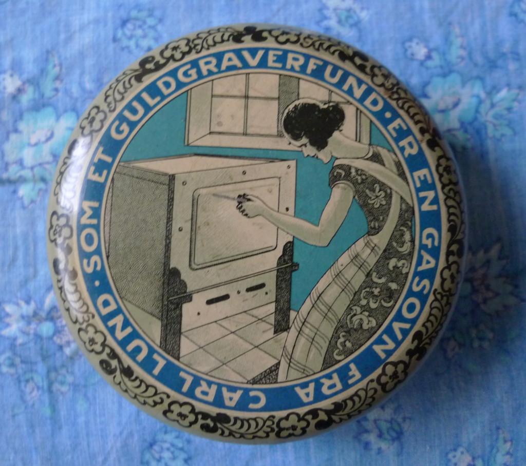 Ovnsværtedåse fra Carl Lund med diameter på knap 9,5 cm. Antagelig fra 19-tyverne.